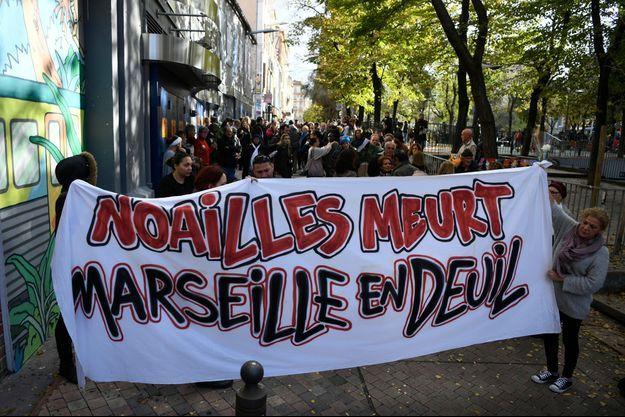 """La banderole """"Noailles meurt, Marseille pleure"""" déployée en hommage des victimes."""