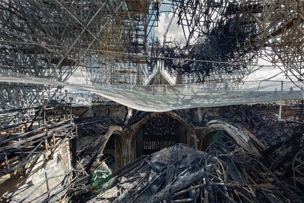 L'échafaudage de la flèche de Notre-Dame de Paris, déformé par la chaleur de l'incendie.