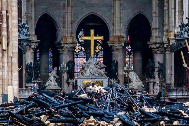 L'intérieur de Notre-Dame de Paris après l'incendie qui l'a ravagée lundi dernier.