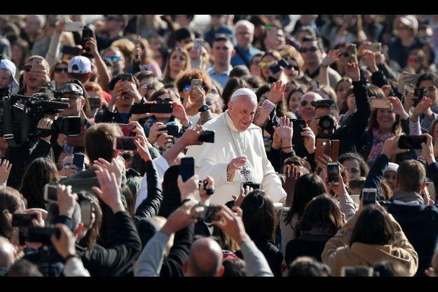 Le pape François mercredi place Saint-Pierre de Rome.
