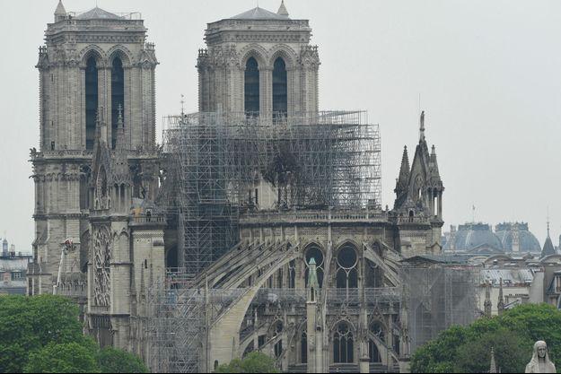La cathédrale Notre-Dame de Paris, mardi au lendemain du terrible incendie qui l'a en partie dévastée.