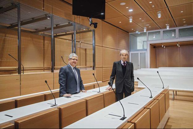 Robert Badinter, 89 ans (à dr.), et Jean-Michel Hayat, 62 ans, dans la salle des « grands procès » : deux box peuvent y accueillir trente prévenus.
