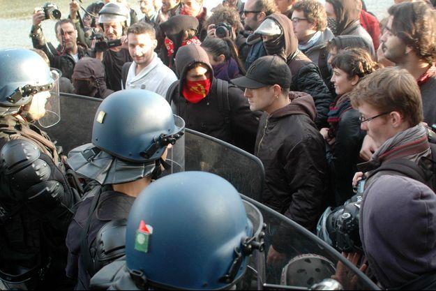 Opposition entre manifestants et policiers, sur la place de Stalingrad à Paris.