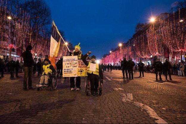 Des gilets jaunes protestant sur les Champs-Elysées le 29 décembre 2018.