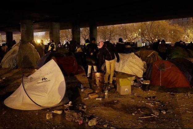 Les migrants s'apprêtent à évacuer leur camp de la Porte de la Chapelle.
