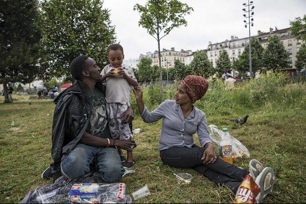 Dans les jardins d'Eole, à Paris dans le XVIIIe arrondissement. Fatha, 22 ans, Samira, 19 ans, mariés depuis six ans, avec leur petit Siradje, 4 ans.
