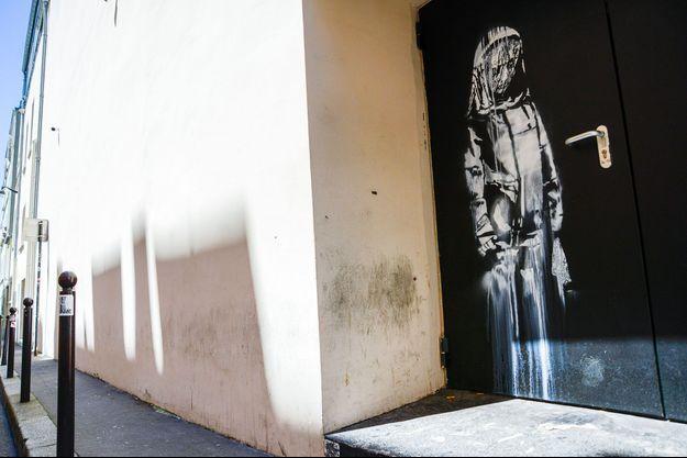 L'oeuvre attribuée à Banksy, ici en 2018, sur la porte du Bataclan.