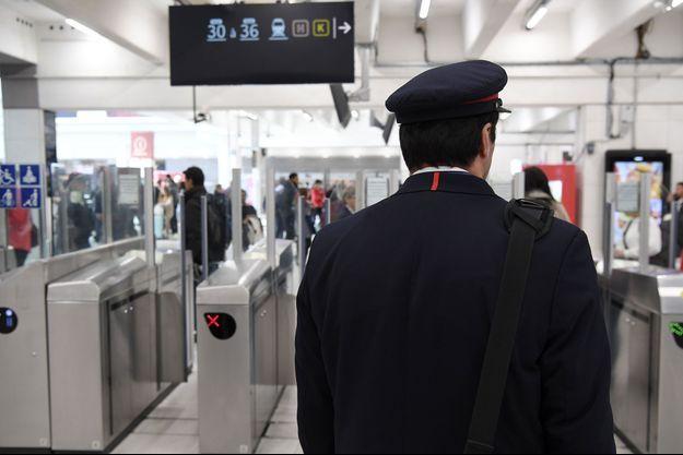 Un employé de la SCNF Gare du Nord, à Paris, mardi.