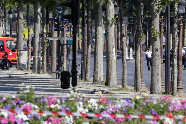 Les faits se sont produits au bas des Champs-Elysées. Le conducteur du véhicule serait mort.
