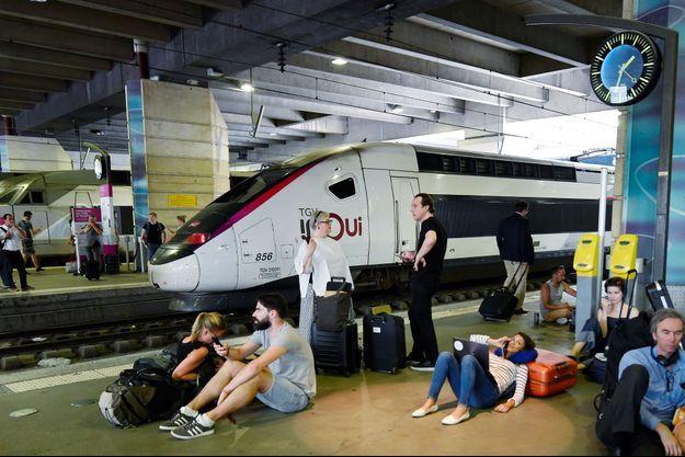 Voyageurs en attente de leur train, vendredi à la gare Montparnasse.