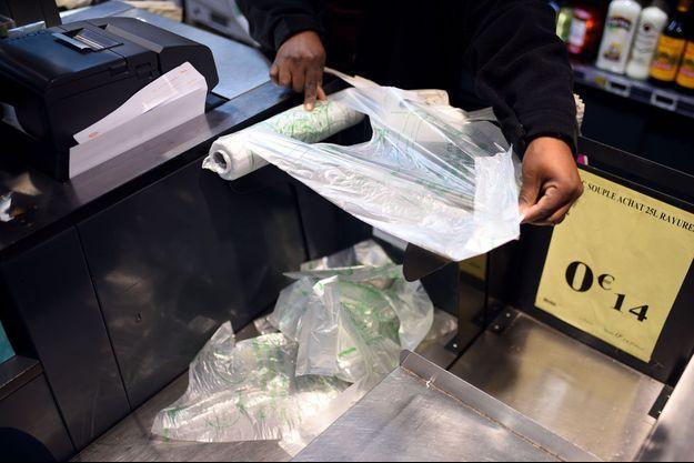 Un sac en plastique en décembre 2015 dans un supermarché parisien. Ce type de sacs sera désormais banni des rayons fruits et légumes.