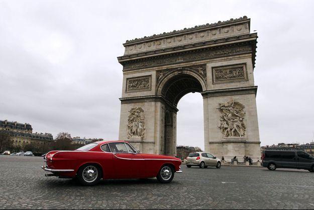 Une vieille Volvo place de l'Etoile à Paris.