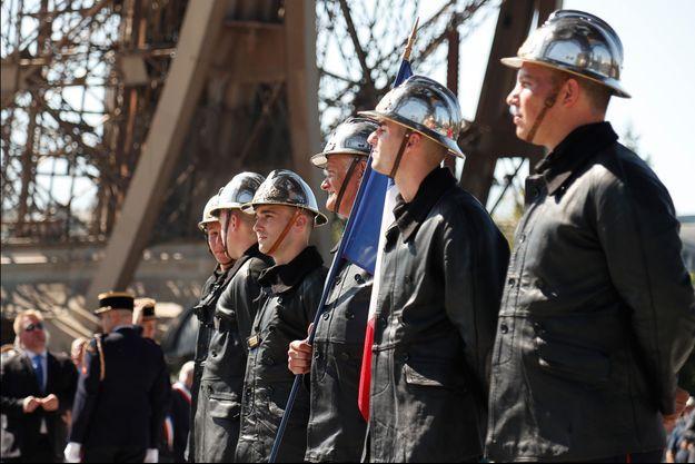 Des pompiers, portant des uniformes de l'époque, célèbrent les 75 ans de la Libération de Paris.