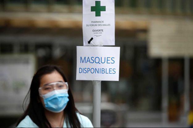 Une femme portant un masque à Paris (image d'illustration).