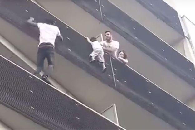 Le sauveteur et l'enfant sont en bonne santé.