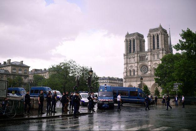 Les policiers devant Notre-Dame mardi, après l'attaque.