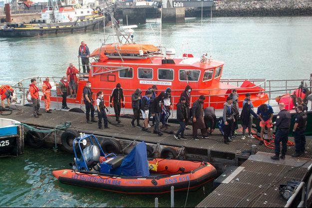 Des migrants sauvés et escortés par la SNSM à Calais, le 15 septembre 2021.