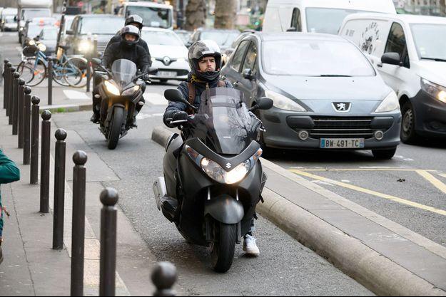 Un scooter à Paris.