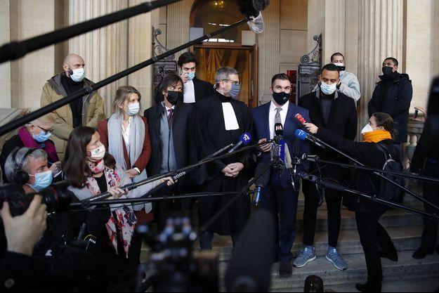 """Trois des """"héros du Thalys"""" Alek Skarlatos, (au centre à droite), Anthony Sadler, (dr), Mark Moogalian, (troisième à partir de la g.), son épouse Isabelle, le 20 novembre au Tribunal de Paris."""