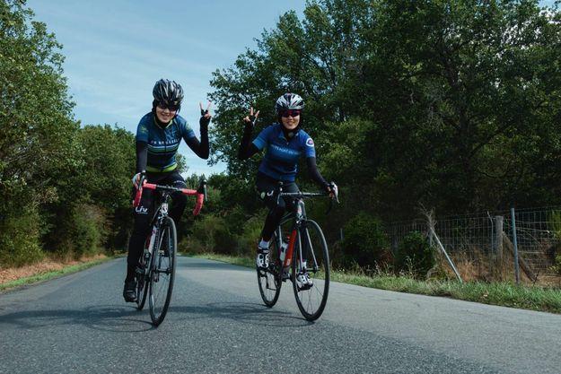 Réfugiées en France avec leur famille, Masomah et Zahra, les deux sœurs cyclistes, à l'entraînement près d'Orléans.