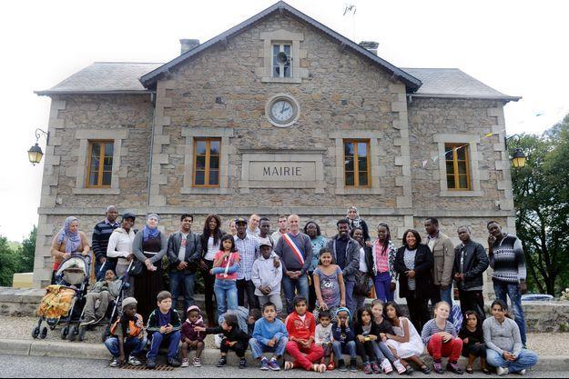 Autour du maire, Pierre Coutaud, et de Marie Mazaud, la directrice du centre d'accueil, les nouveaux habitants accueillis pendant dix-huit mois.