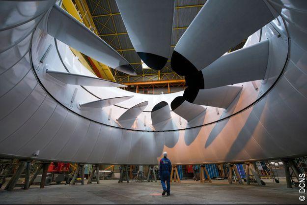 Une hydrolienne de 16 mètres de diamètre et 300 tonnes, avec son rotor (partie mobile) équipé de pales et son stator (partie fixe) périphérique, dans l'usine DCNS de Brest.