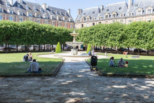 Le parc de la place des Vosges à Paris, qui a rouvert ce samedi 30 mai.