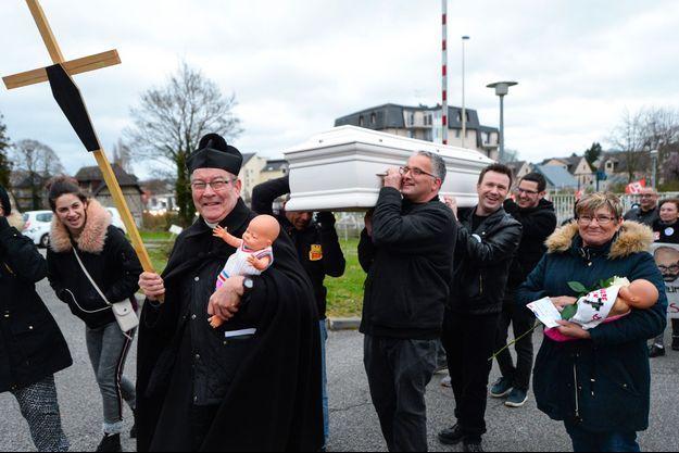 L'abbé Francis Michel en mars dernier lors d'une marche pour la défense d'une maternité à Bernay, dans l'Eure (photo d'illustration).