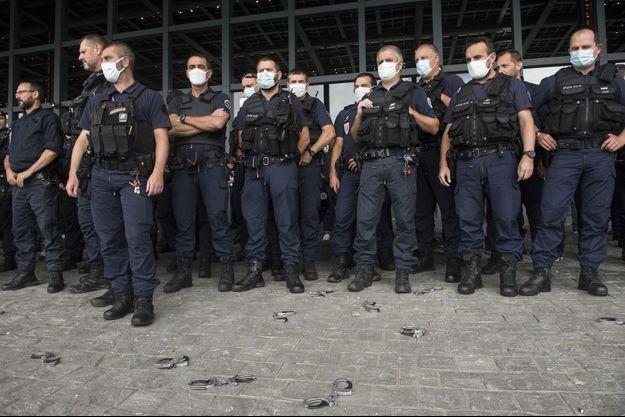 A Nantes, les policiers en colère déposent leurs menottes à terre en signe de protestation.