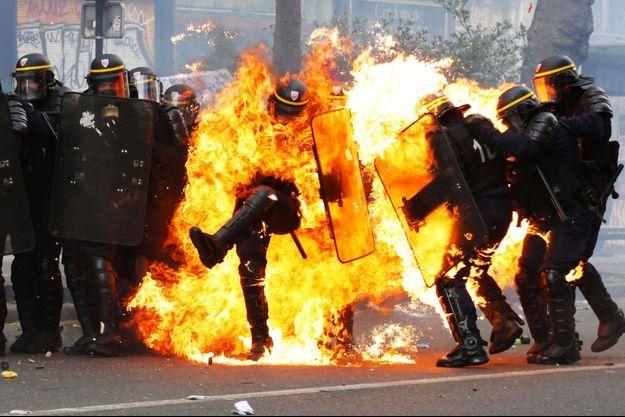 Le policier visé par un cocktail molotov lundi, à Paris.