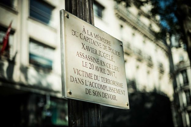 Une plaque en mémoire de Xavier Jugelé a été installée sur les Champs-Elysées.