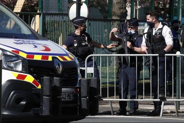 Des policiers non loin du commissariat de Rambouillet, après l'attaque au couteau, vendredi 23 avril 2021.