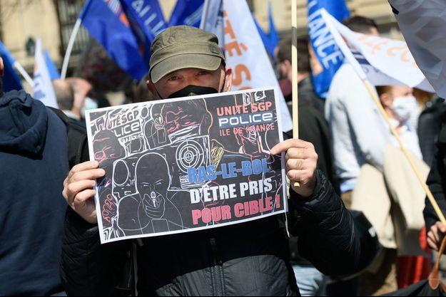 Photo prise à Paris de policiers manifestant contre le verdict en appel des agresseurs de policiers à Viry-Châtillon.