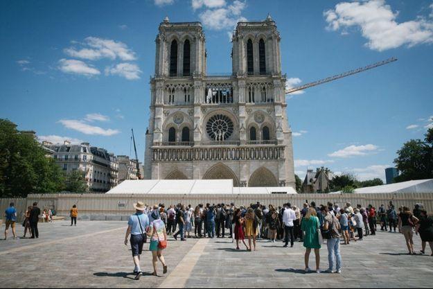 Le parvis de Notre-Dame de Paris.