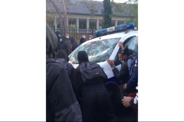 Les images de ces affrontements avec la police ont été partagées sur les réseaux sociaux.