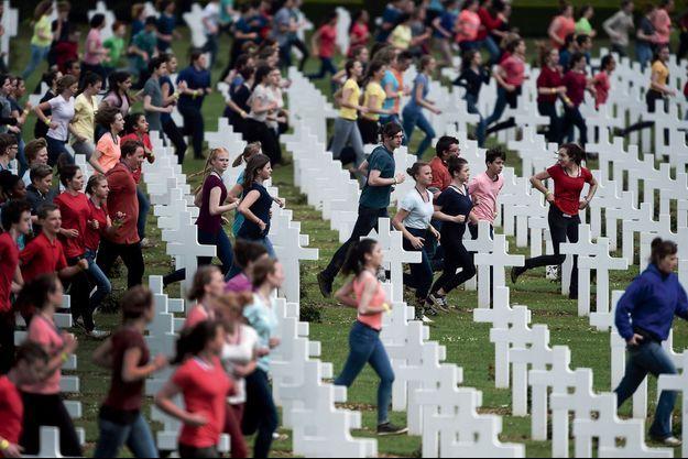 3400jeunes français et allemands au milieu des 16 142 tombes de Douaumont