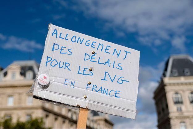 Manifestation à Paris pour l'allongement du délai légal pour recourir à l'avortement.