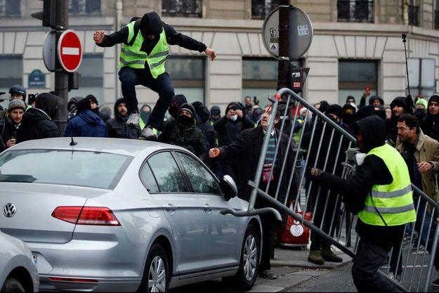 Un gilet jaune sur une voiture samedi à Paris.