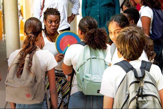 Princess Erika avec les élèves du collège Alexandre-Macal de Saint-François, en Guadeloupe, le 27 juin.