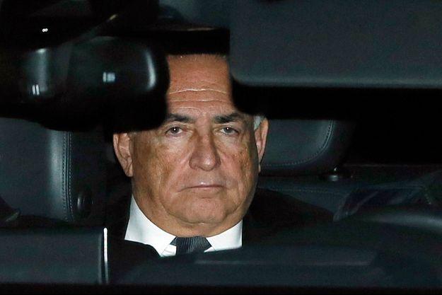 DSK, dans une voiture, à la sortie du palais de justice de Lille.