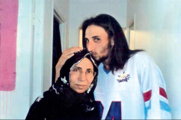 Abdelkader Merah, le frère aîné de Mohamed, avec sa mère, en 2008.