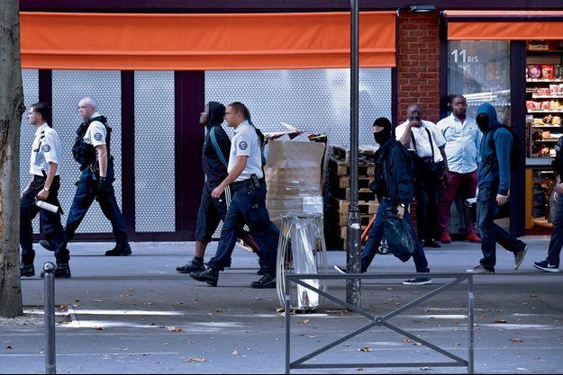 Interpellation de L. par les policiers de la DGSI et de la BRI, le 10 septembre, rue Villiot, à Paris.