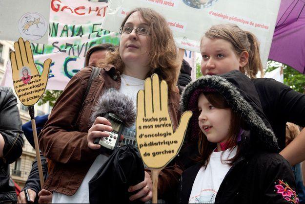 Mai 2014. Les familles s'opposent à la fermeture du service de Nicole Delépine et manifestent devant le ministère de la Santé.