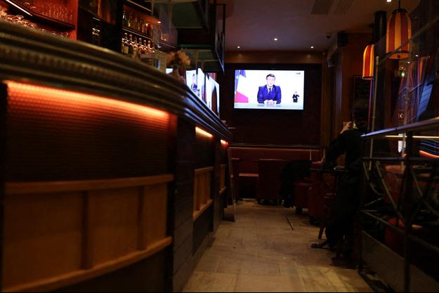 Un bar parisien retransmet l'élocution du président français.