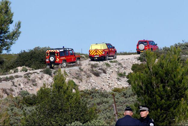 Les pompiers et policiers non loin du lieu du crash d'hélicoptère lundi.