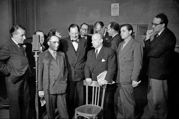 L'humoriste français André Isaac alias Pierre Dac (C) (1893-1975) exilé en Angleterre s'exprime au micro de la BBC à Londres en 1944. Pendant neuf mois, il s'adressait aux français occupés par les Allemands tous les soirs sur la BBC.