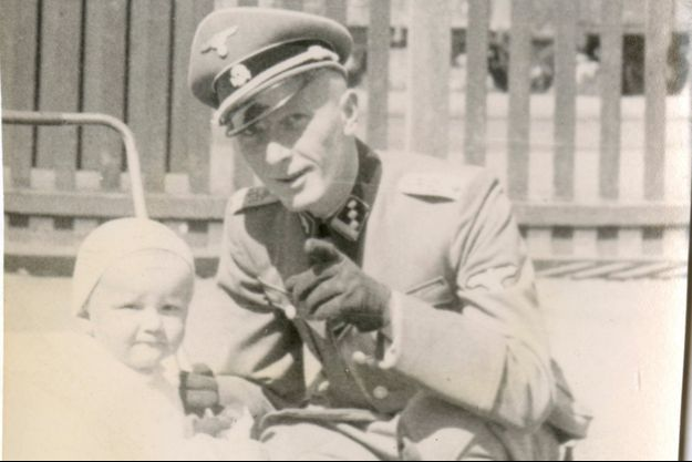 Rainer Diekmann, à gauche, bébé, et son père Adolf Diekmann, l'officier SS qui a orchestré le massacre d'Oradour.