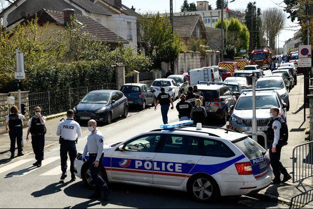 Le barrage de policiers après l'attaque au couteau au commissariat de Rambouillet.