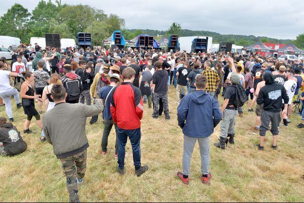 Près de 1 500 personnes se sont reunies a Redon (Ille-et-Vilaine), vendredi 18 juin, pour participer a une rave party.