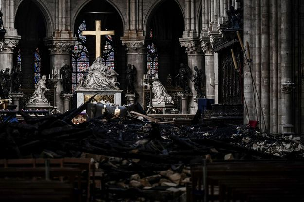 L'intérieur de Notre-Dame ravagé par l'incendie.